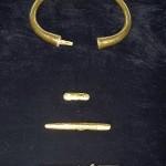 Гроб 1 - Златна гривна и цилиндрични предмети