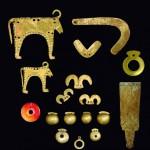 Гроб 36 - Амулети, украшения и костен идол - общ изглед